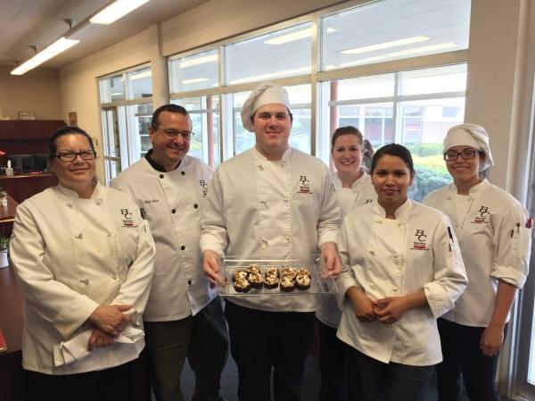 厨师亚历克斯·戈麦斯和学生们