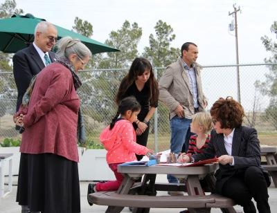行政团队,琳达雷斯尼克,和孩子们