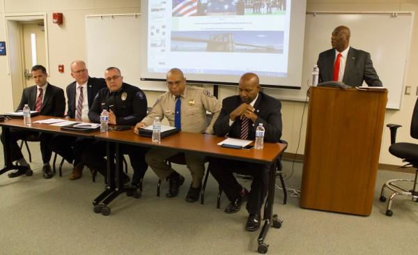 从左到右FBI特别探员Bennett O.斯科特,克恩县助理地区检察官斯科特·斯皮尔曼,麦克法兰警察局局长斯科特金布尔,CHP指挥官罗恩·塞尔登,贝克尔夫