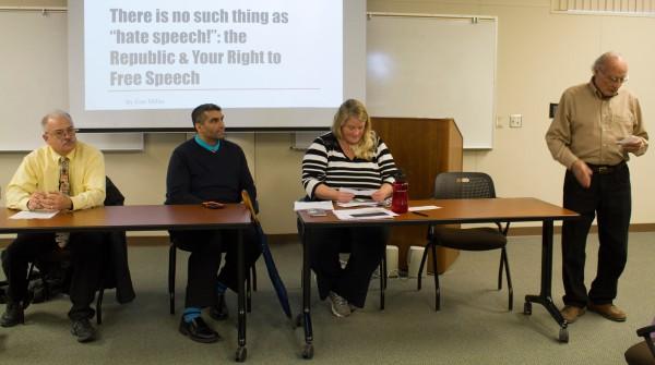 从左到右:传播学教授约翰·吉尔茨,学生生活主任Nicky Damania,历史教授Erin Miller,列文中心主任杰克·埃尔南德斯于3月21日主持了一个关于大学校园言论自由的小组讨论会。188bet asia app