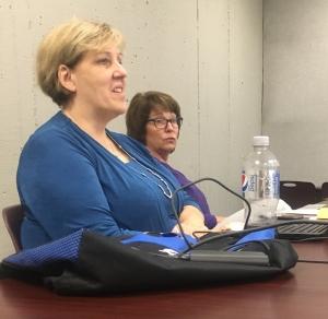 两位女士在会上讲话