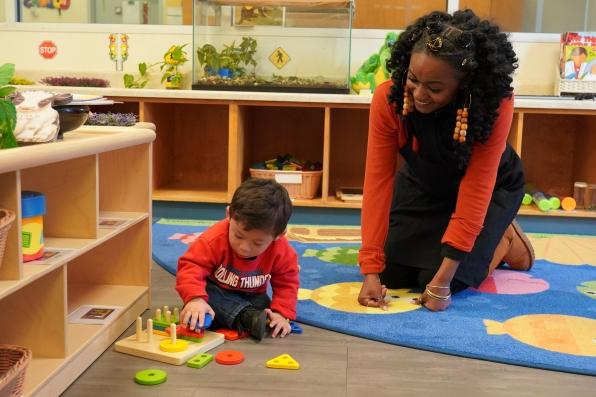 老师用积木帮助小孩