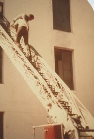 消防技术专业的学生学习把人从消防梯上抬下来