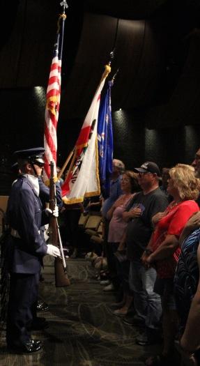 特哈卡皮复合材料中队46的护色员,手持国歌旗帜