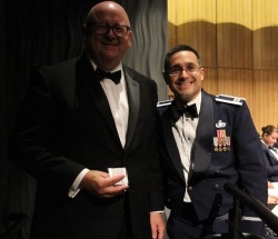 奎诺内斯上尉向迈克尔·斯通赠送了一枚特别纪念币