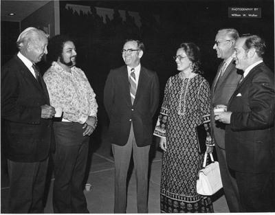 1973年,从左埃德西蒙森总理,弗农·瓦伦苏埃拉学院约翰·柯林斯总统,菲利斯·马洛里学院,Loren Voth受托人,塞西尔·贝利受托人