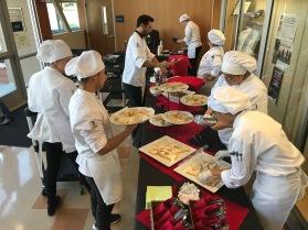 学生厨师准备食物