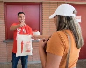 学生分发食品袋