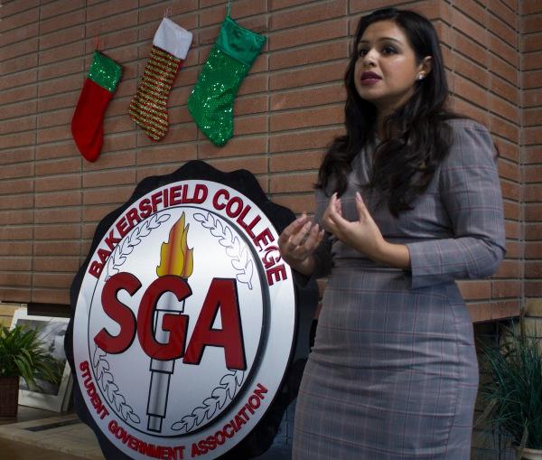 特雷乔在SGA标志前讲话。