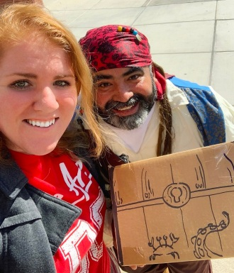 莫妮卡和罗尼是个带宝箱的海盗