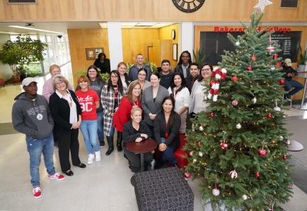 BC员工在圣诞树旁微笑