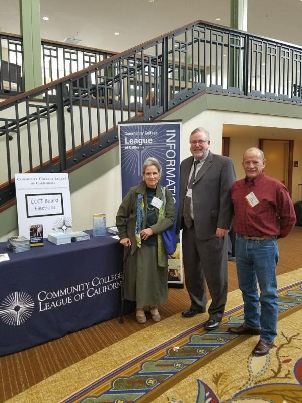 董事Nan Gomez Heitzeberg,财政大臣汤姆·伯克,以及CCLC的受托人杰克·康奈尔