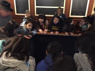 戴夫向姑娘们展示了另一个节目
