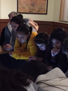 从一个显示器上看,女孩们的脸被背光照亮了。