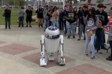 HS学生看到机器人在行动