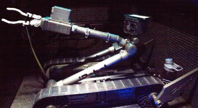 一架用于远程解除爆炸物的iRobot无人机展示在美国陆军的干卡车内。