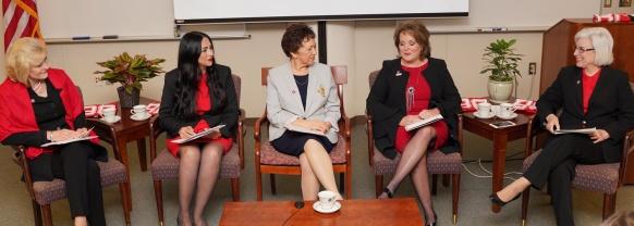 坐着说话的五个女人